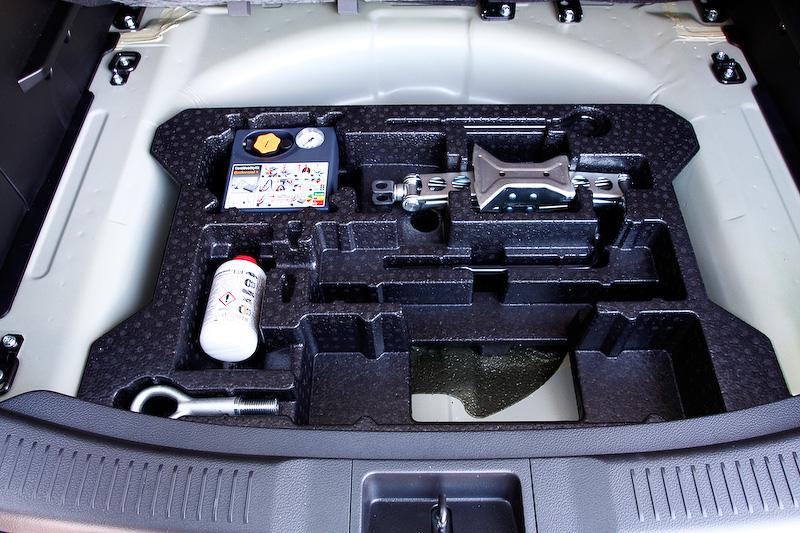 ラゲッジスペースのボード下の収納スペース。車載工具などはここに収まっている。トランク右面には照明とアクセサリーソケットがあり、左面にはフックが用意される