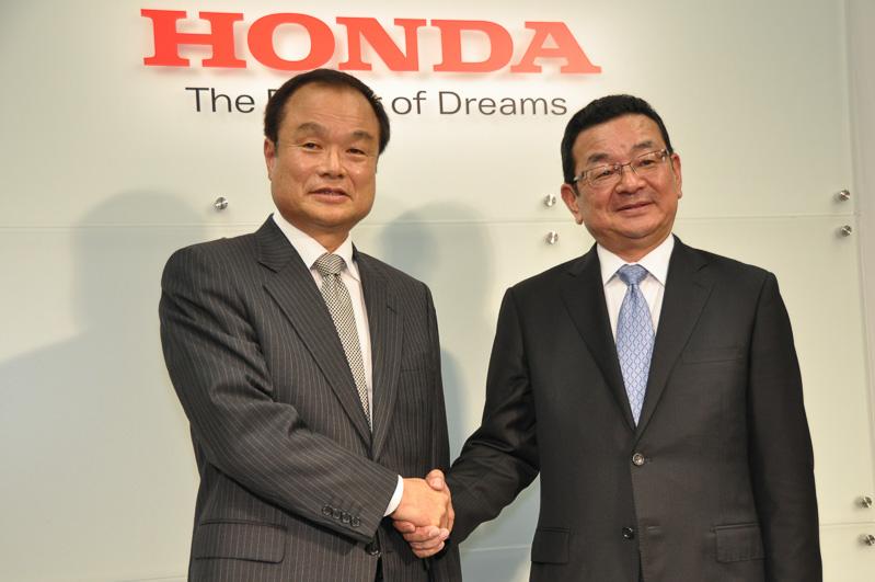 現社長の伊東孝紳氏(左)と6月から新社長に就任する八郷隆弘氏(右)