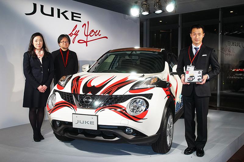 デザインコンテスト「JUKE by YOU」でグランプリを受賞した杉本さん(写真右)と、杉本さんがデザインした日産「ジューク」