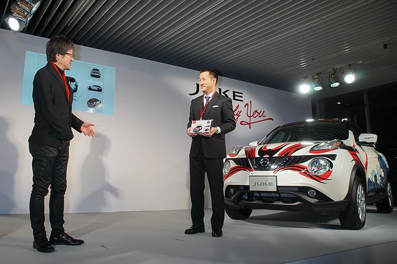 日産自動車 デザイン本部 秋山デザイン・ダイレクターより講評と記念盾の授与