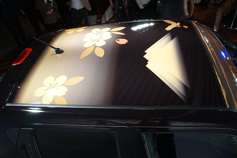 ルーフには落ち着いたトーンの日本を感じる和風なデザインが施されている