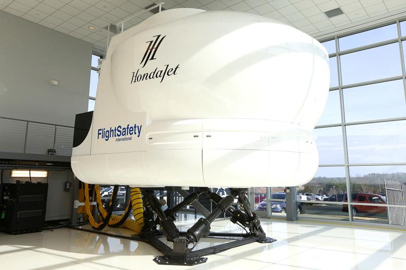 FlightSafety Internationalと共同開発した小型ビジネスジェット機「HondaJet」のパイロット訓練用フライトシミュレーター