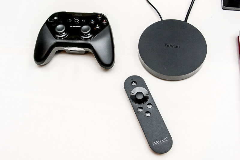 「Nexus Player」の本体(右上)と付属リモコン(下)、別売のゲームコントローラー(左上)