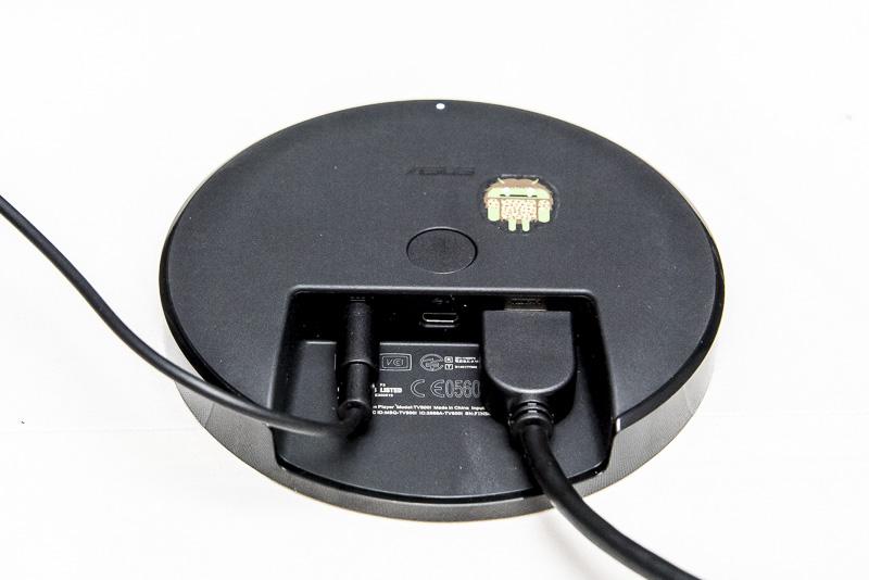 底面の写真。インターフェースやボタン類は背面と底面にすべて配置されている。底面にはBluetoothのペアリングボタンがあり、ゲームコントローラーなどを接続するときに使用する。インターフェースは、HDMI×1、マイクロUSB×1、ACアダプター用の電源端子