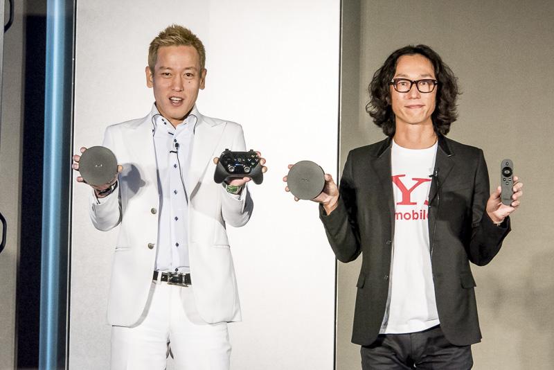 ワイモバイル 取締役 村上臣氏(右)と芸人のじゅんいちダビッドソン氏(左)