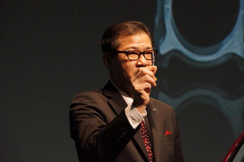 ナチュラル・サウンド・スムーザーを示す開発主査の富山道雄氏
