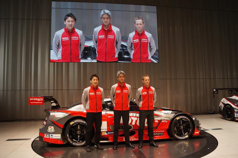 GT-Rの新カラーリングを披露したNISMOチーム、左から松田次生選手、鈴木豊監督、ロニー・クインタレッリ選手
