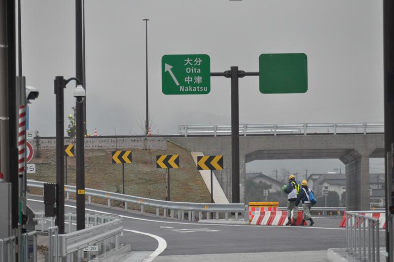 豊前ICを入ると見える方面別看板。右は北九州方面となり、しばらく開通はない。左は大分方面で、すべての車両はこちらへ向かう