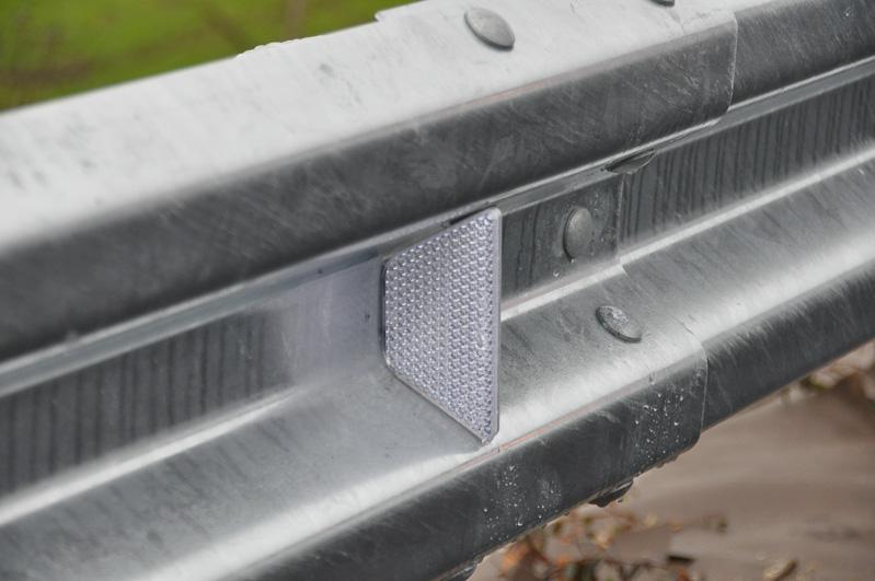 ガードレールの反射板は、この位置に。かつての高速道路では、高い位置に反射板が設けられていたが、ロービームで走る人が多いため、実情にあわせて低い位置に反射板を設けてある