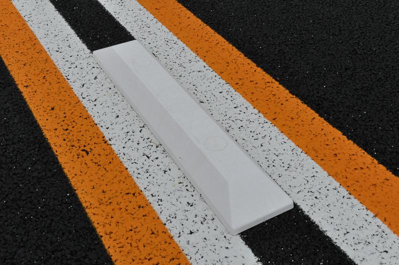 センターラインに設けられた縁石は、反射板のあるタイプと、ないタイプがあった