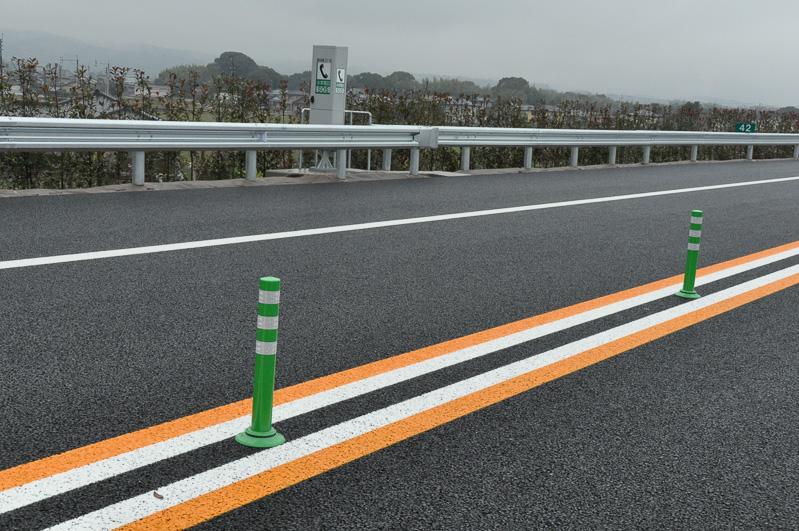 センターラインに縁石のない個所もある。縁石のない場所は、高速道路上での転回位置となっており、通行止めなどの際のUターンポイントとなる