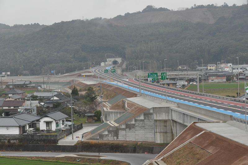 高速道路本線上から中津日田道路を望む。こちらは2月28日に開通した