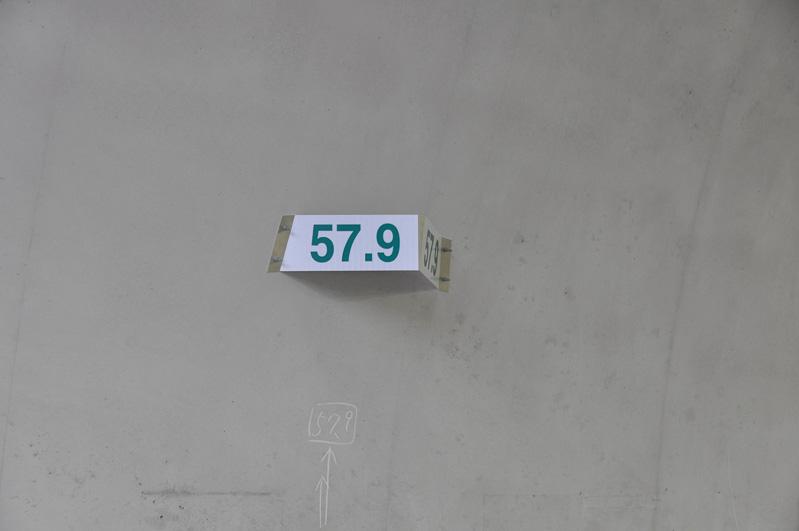 トンネル側壁に付けられたキロポスト表示。トンネル天井版崩落事故以降、トンネル上部への設置は本当に必要なものだけになり、標識類は側壁に取り付けられることが多くなっている