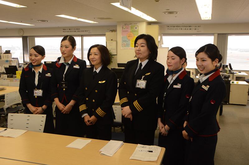 2015年ひなまつりフライトに乗務する運航乗務員と客室乗務員