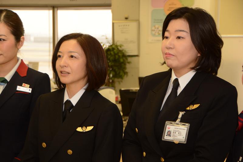 藤 明里機長(左)と長森明子副操縦士