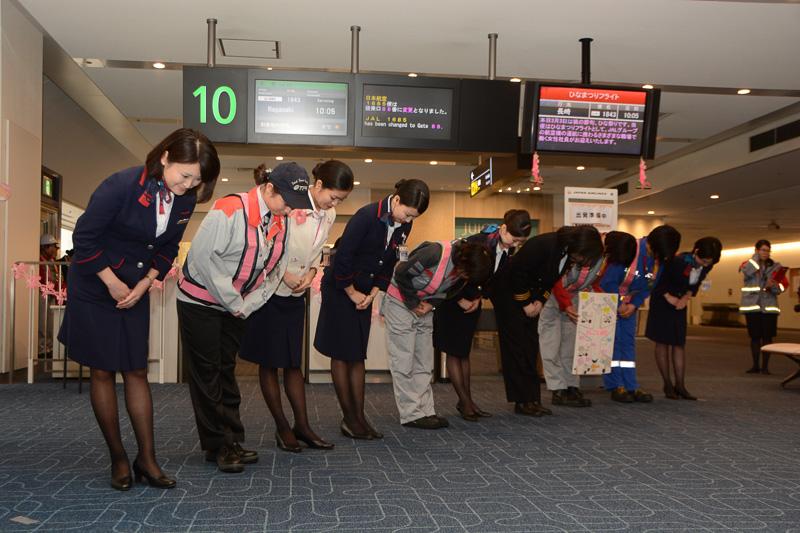 運航に携わる女性スタッフの紹介。同便は満席となるほどの人気で、乗客からの写真撮影のリクエストにも応じていた