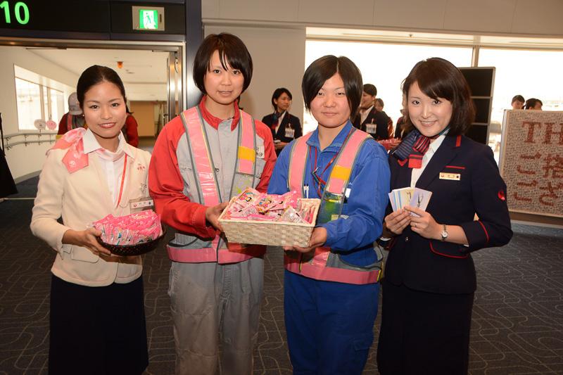 搭乗時にはひなあられと手書きメッセージをプレゼント。普段は地上にいるグランドハンドリングスタッフらも一緒に乗客を出迎えた