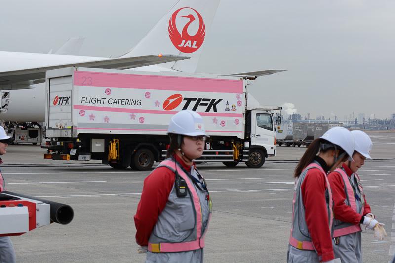 同便へ荷物を積み込む車両は、ひなまつりにちなんだシールで飾られている。この日のために手作業で準備したもの