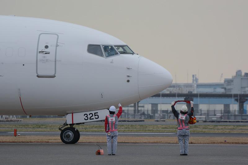 地上スタッフからパイロットへ準備完了のサイン