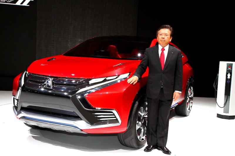 プレスカンファレンスでプレゼンテーションを行った三菱自動車工業の相川哲郎代表取締役兼COO
