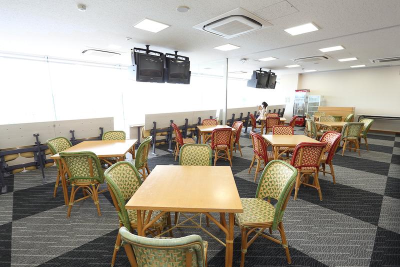 VIPスイートではテーブル席も用意されている