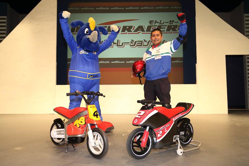 従来からあるキッズバイク(左)の7km/hに対し、倍のスピードが出るモトレーサー用バイク(右)