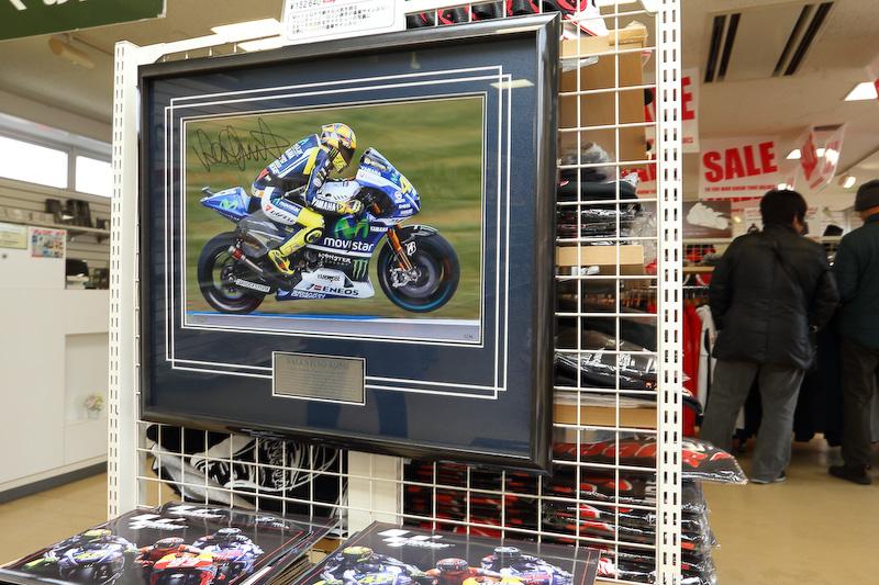 中にはバレンティーノ・ロッシ選手(Moto GP)の直筆サイン付きの生写真も……