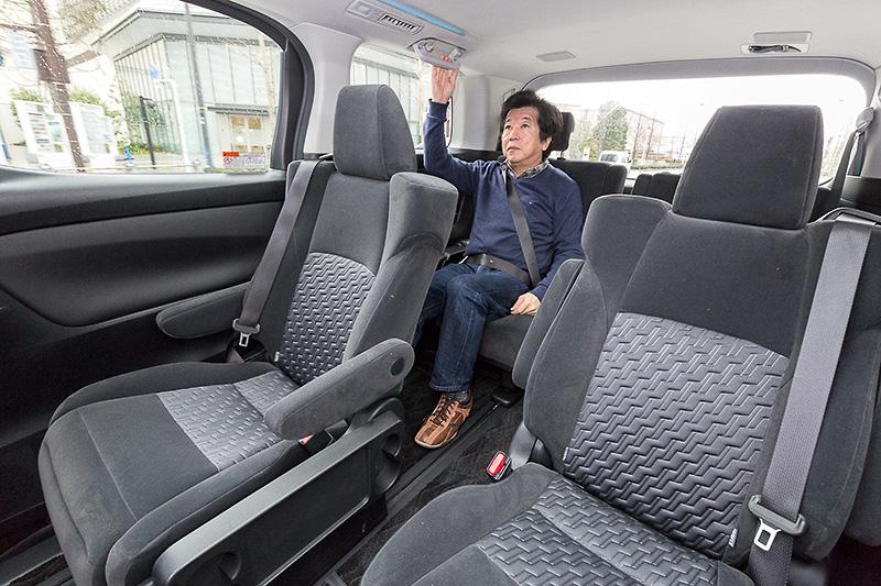 それぞれのシートにも座ってみる。3列目は上下動が大きいものの、リアサスペンションのダブルウィッシュボーン化などにより乗り味が大きく向上
