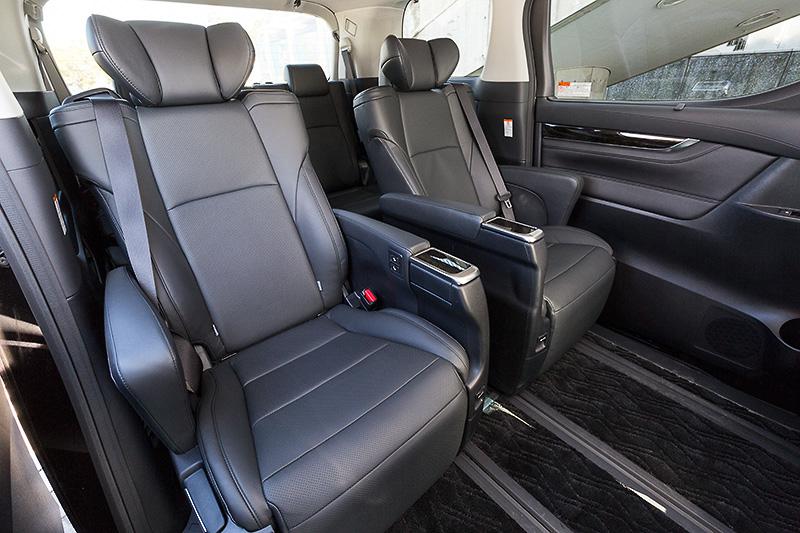 インテリアカラーはブラック(本革)。2列目は「エグゼクティブパワーシート」を採用。3列目に関しては全車で5:5分割スペースアップシートを採用している
