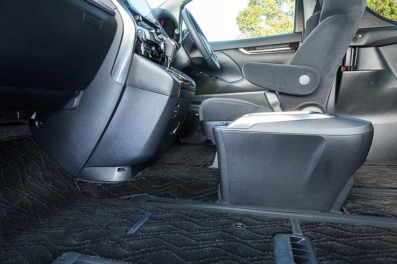 インテリアカラーはブラック(ファブリック)。ガソリンモデルではフロントシートからサードシートまで一体化したシートレールを採用し、助手席が最大で1160mmスライドする世界初の「助手席スーパーロングスライドシート」を採用する。またスライドドアの開口幅を780mm、ステップ高を350mm(フロア高は450mm)とし、ピラーに設置される大型アシストグリップと合わせて乗降性を高めた