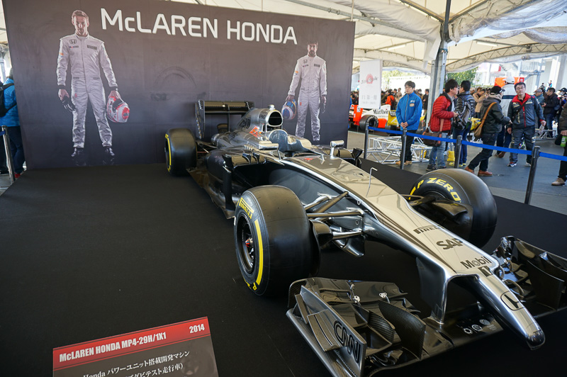 マクラーレン・ホンダ MP4-29H/1X1、昨年型のマクラーレンにホンダエンジンを載せたハイブリッド車両。昨年のアブダビテストを走った