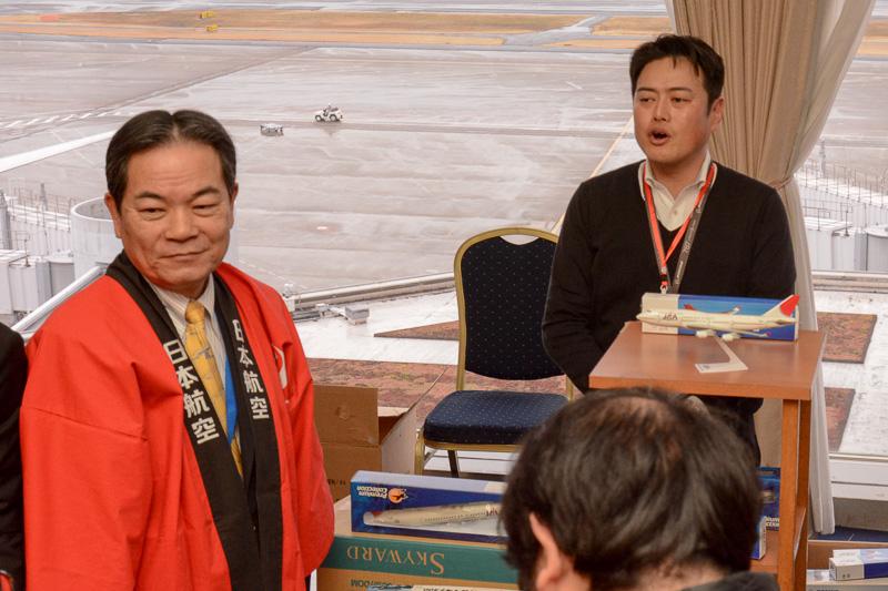 副社長の佐藤信博氏はモデルプレーンのコーナーで、ほかのスタッフに混じって接客