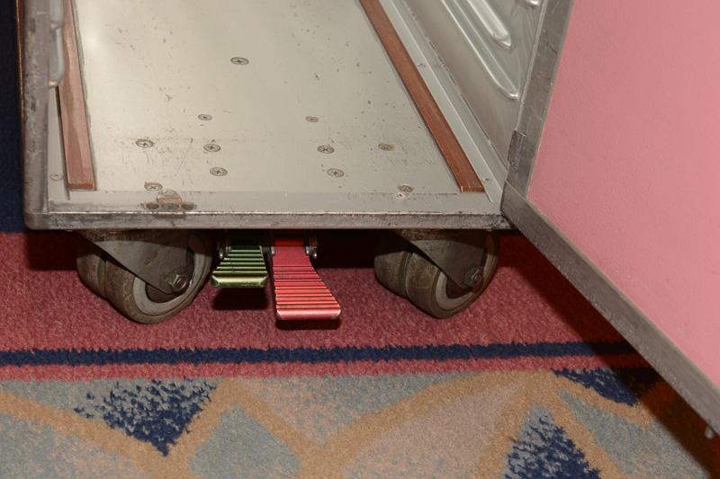 足で踏む車輪のロックレバー