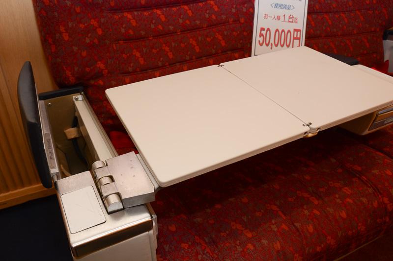 肘掛けに収納されたテーブルもそのまま利用可能