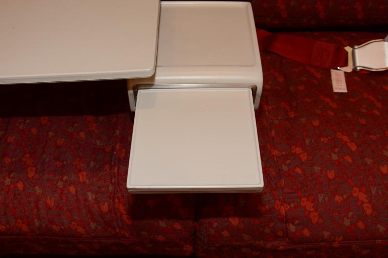 ドリンクなどを置く座席間に収納されたテーブルも利用できる
