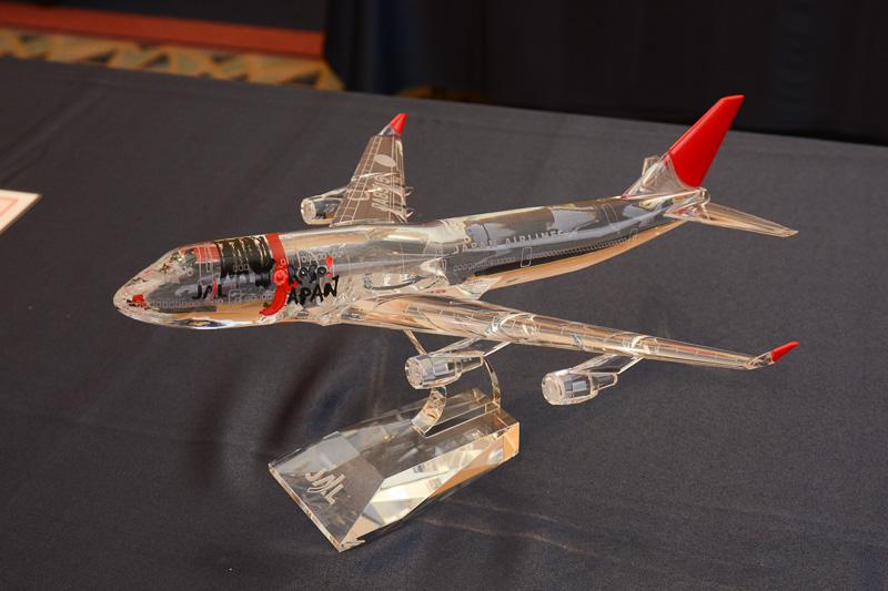 珍しいクリスタルのモデルプレーン。サンアーク塗装で、外国人への訪日誘致活動で使用された「Yokoso! Japan」ロゴの機体。在庫は2台で、1万円で販売された