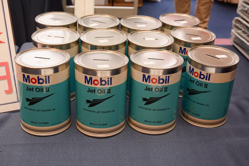 ジェットエンジン用潤滑油である「Mobil Jet Oil II」の缶を貯金箱にしたもの。整備士の手作り。価格は300円