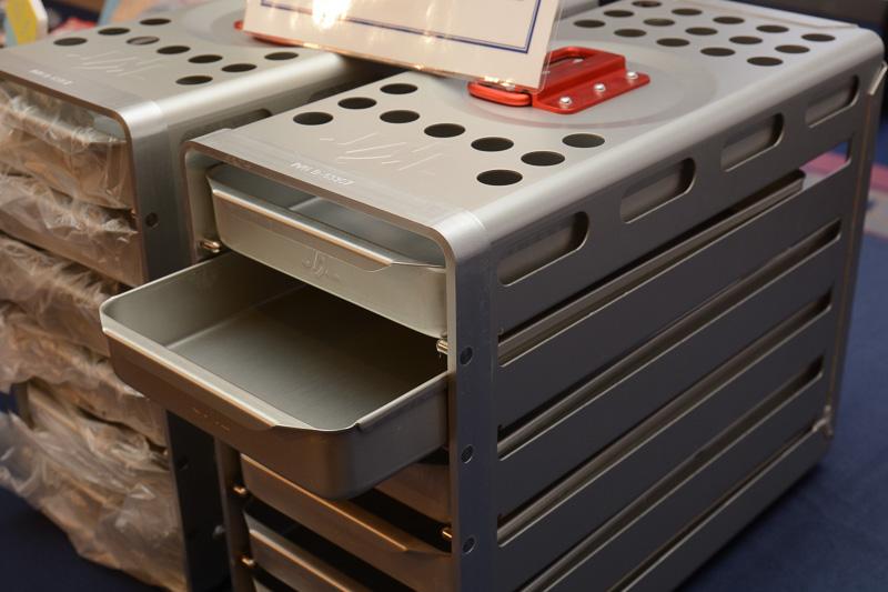 機内のオーブンで使う内挿しラック。1人1組限りで5000円。引き出し状になっており、POPには「文具収納ケースとしても使えます」とメッセージが書かれていた