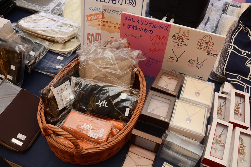 機内販売などのために作られた女性用小物やアクセサリなどJALオリジナルの商品も多数陳列