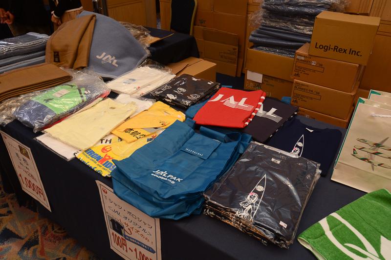 JACのDHC-8-Q400のロゴ入りタオルやTシャツ、ポロシャツなど。衣類はバリエーションが豊富