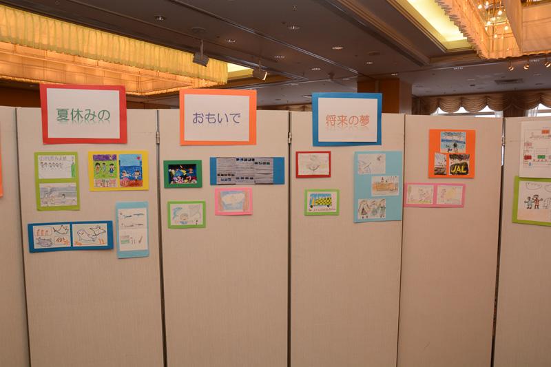 会場入り口に展示された東北の子ども達が描いたイラスト