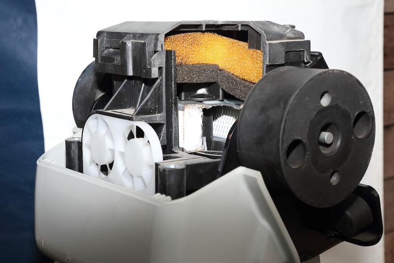 作業現場の環境を考えサイクロンクリーナと3層のフィルターを通し吸気される