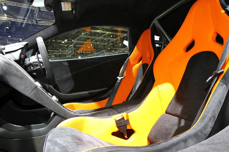 V型8気筒 3.8リッターツインターボエンジンを搭載する「マクラーレン 675LT」。最高出力は675PSで、最高速330km/h、0-100km/h加速2.9秒、0-200km/h加速7.9秒というスペック。英国での販売価格は25万9500ポンドとなっており、デリバリーの開始は今年の7月を予定している