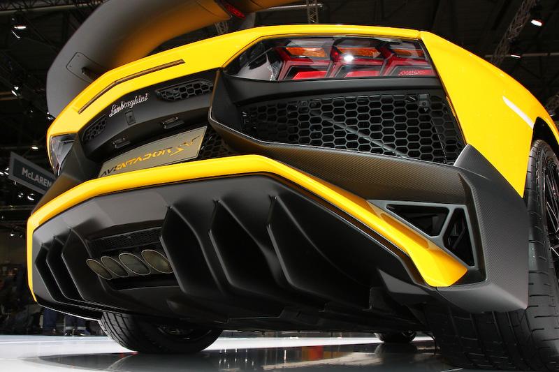 アヴェンタドールLP750-4 スーパーヴェローチェ。搭載するV型12気筒6.5リッターエンジンは最高出力552kW(750HP)/8400rpm、最大トルク690Nm/5500rpmを発生。0-100km/h加速2.8秒、最高速350km/h以上を誇る。ボディーサイズは4835×2030×1136mm(全長×全幅×全高)