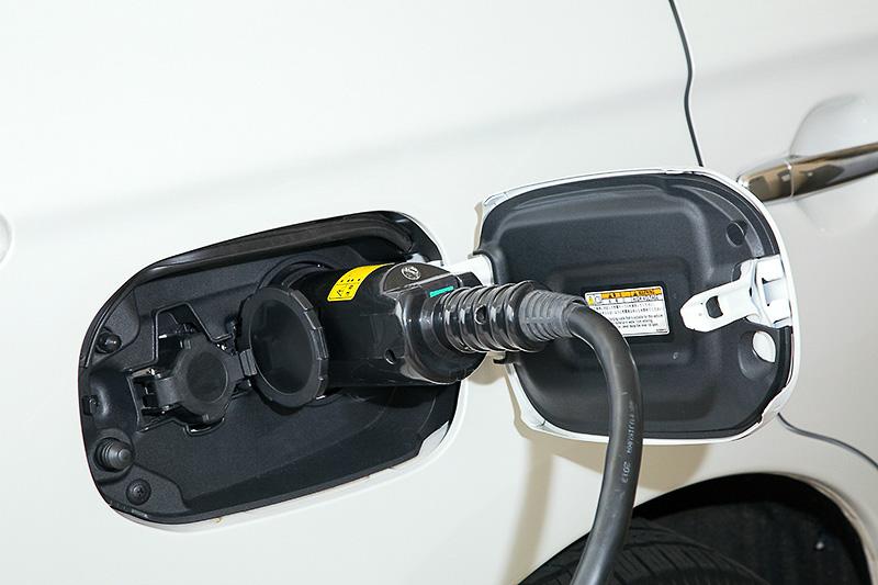 充電は大きいほうのCHAdeMOコネクタで接続する