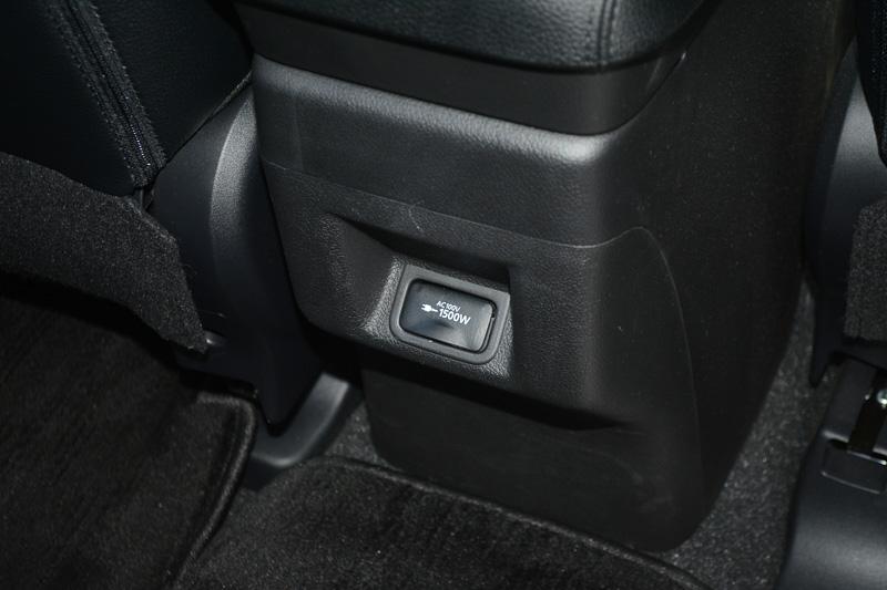 アウトランダーPHEVの車内に用意されたコンセント。100V 15Aまでなので、IHクッキングヒーターや大きめのエアコンは動作させられない