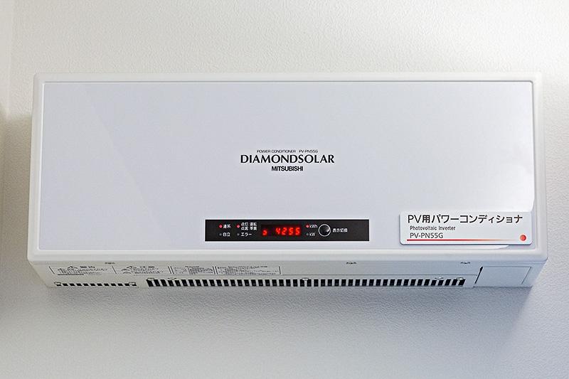 太陽光発電のパワーコンディショナ。太陽電池パネルからの電気を、電化製品で使えるように変換したりする機械