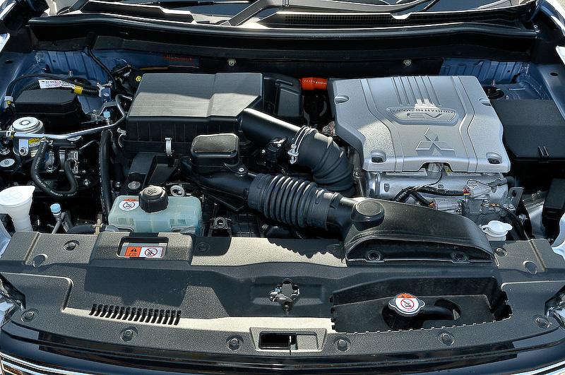 EV同様の大容量バッテリーに加え、走行と発電の両方に活躍するガソリンエンジンを搭載していることがアウトランダーPHEVの大きな魅力