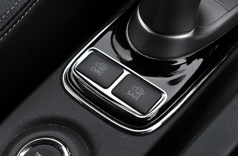 アウトランダーPHEVの車内には、停車/走行にかかわらずエンジンを作動させ、満充電近くまでバッテリーを充電できる「バッテリーチャージモード」(左)のスイッチも用意している