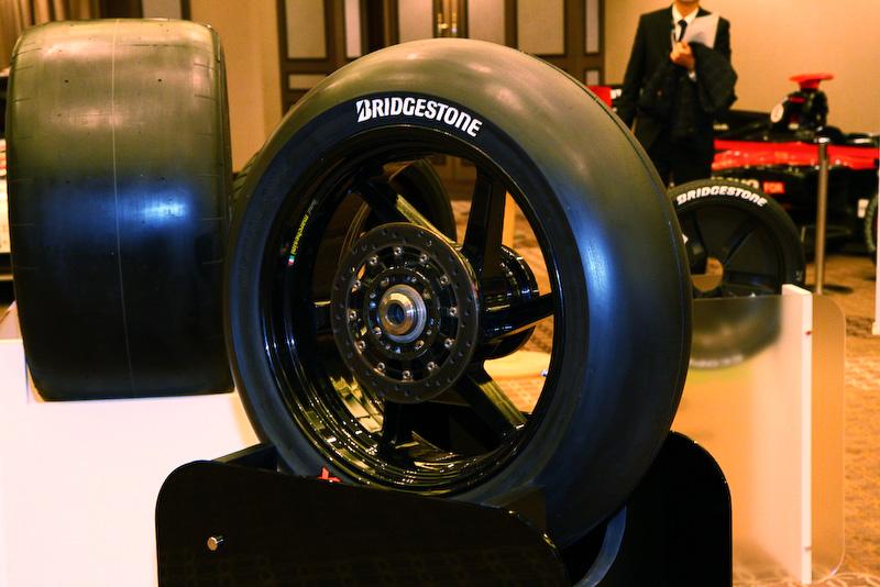 4輪と2輪の各モータースポーツのカテゴリーで装着されているタイヤも紹介された